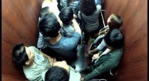 Tình trạng cướp bóc trước cửa thang máy