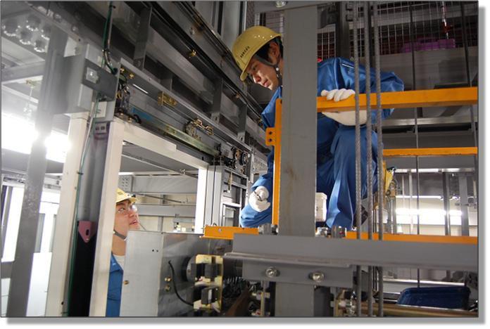 nhân viên lắp đặt thang máy