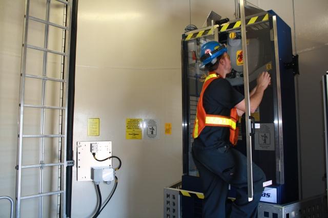 nhân viên lắp đặt thang máy1