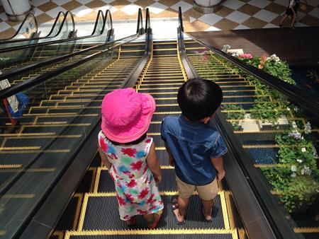 trẻ nhỏ đi thang máy