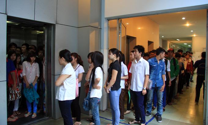 Chờ đợi thang máy