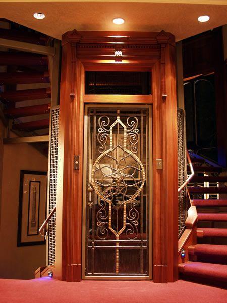 Cửa thang máy mở bằng tay