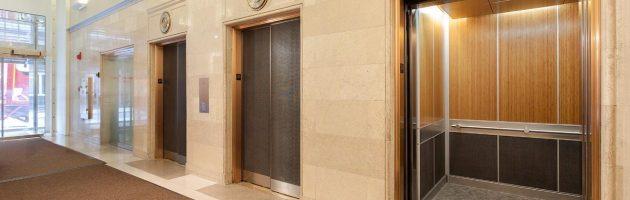 Cửa thang máy mở tự động