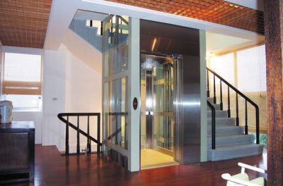 Thang máy nằm giữa thang bộ