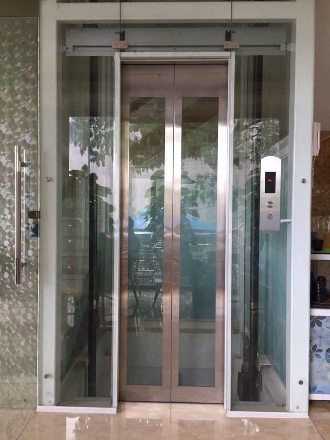 Thang máy cửa kính kết hợp inox