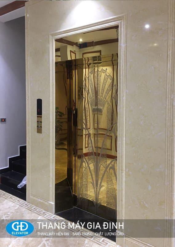 Thang máy cửa inox vàng